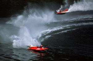 Zwei rote Rennboote